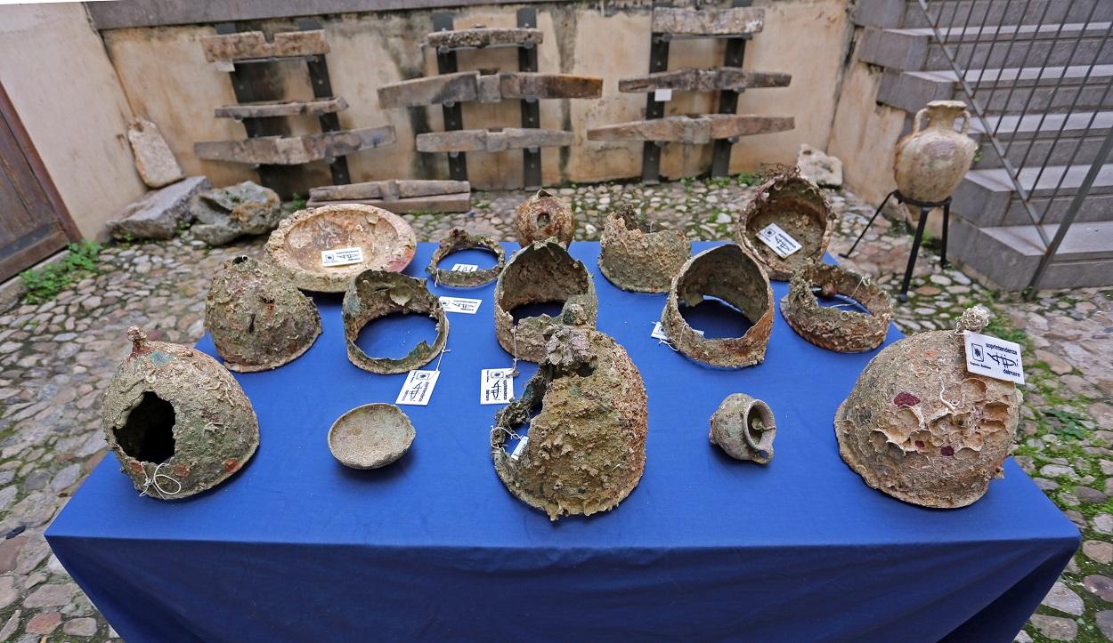 I reperti recuperati in esposizione presso la sede della Soprintendenza del Mare