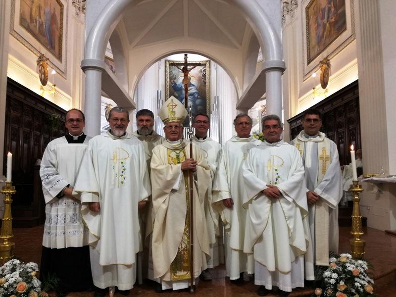 """Il vescovo Fragnelli con i """"convisitatori"""" della Visita Pastorale"""